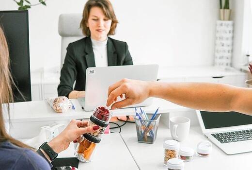 Jak svačit v kanceláři, aby měl mozek maximum energie?