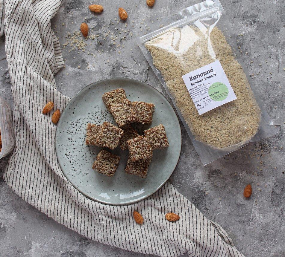 datlovo ořechové kostky s konopným semínkem