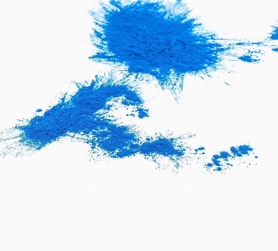 Modré přírodní barvivo ze spiruliny