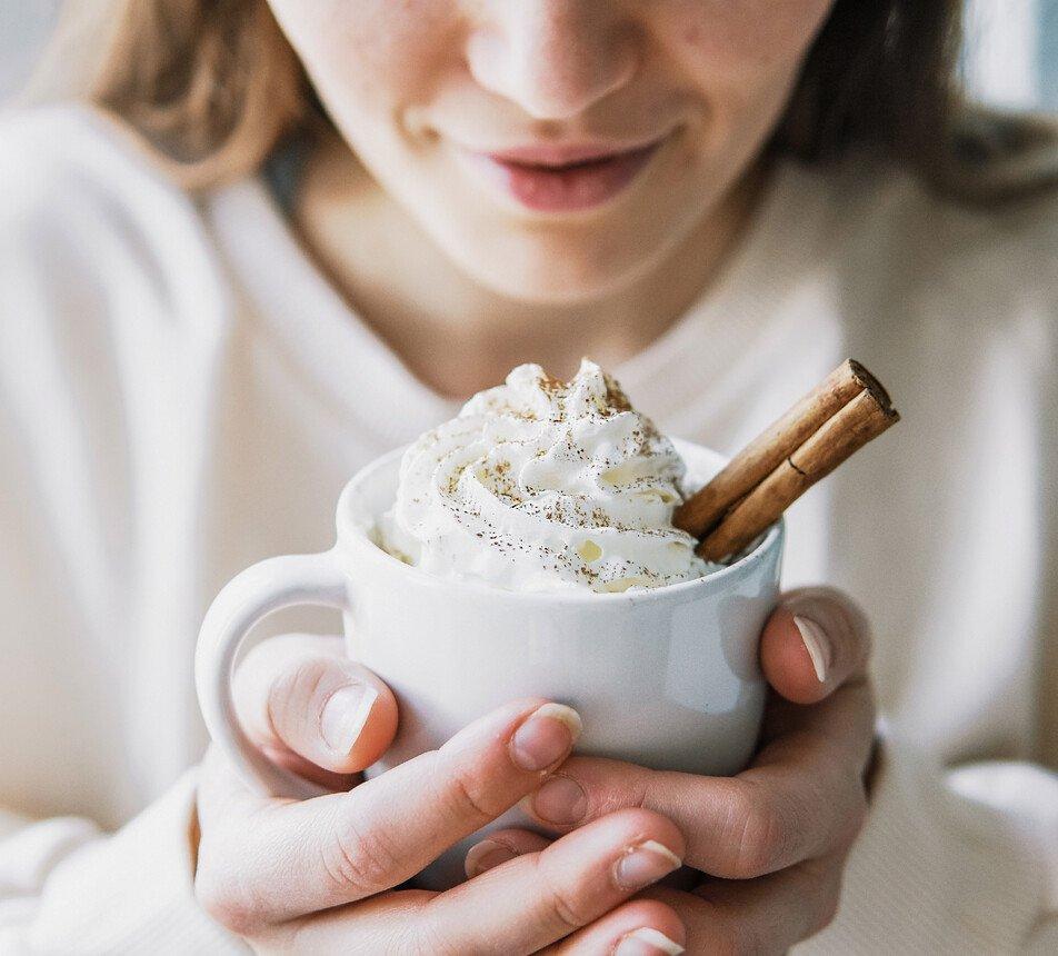 horká čokoláda se skořicí